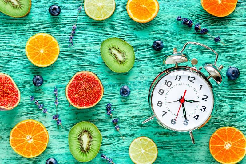 Ringklocka - tid att vakna upp med frukter royaltyfri foto