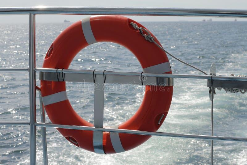 Ringlebenjunge auf großem Boot Obligatorische Schiffsausrüstung Persönliches flo lizenzfreie stockfotos