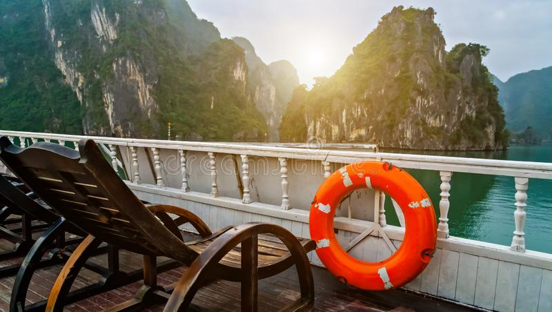Ringowy ?ycia boja Odkrywa Halong zatoki wierzcho?ka miejsce przeznaczenia Wietnam Rejs drewniana d?onka ?egluje skaliste wyspy s zdjęcie stock