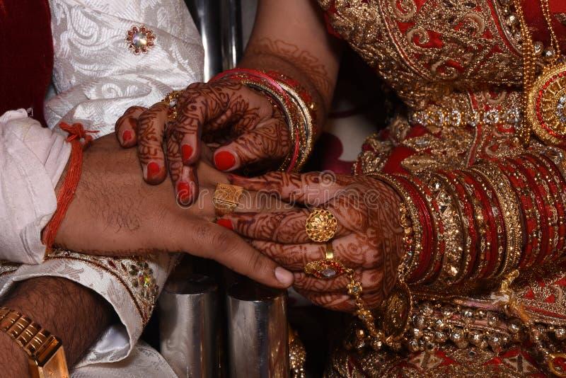 Ringsceremonie van Indisch paar royalty-vrije stock afbeelding