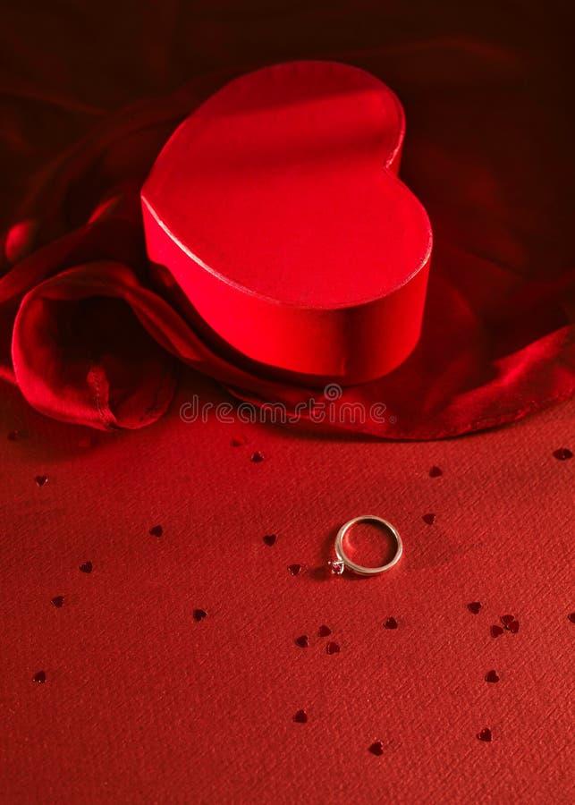 Ringsgeval met een zilveren ring voor Valentine royalty-vrije stock foto