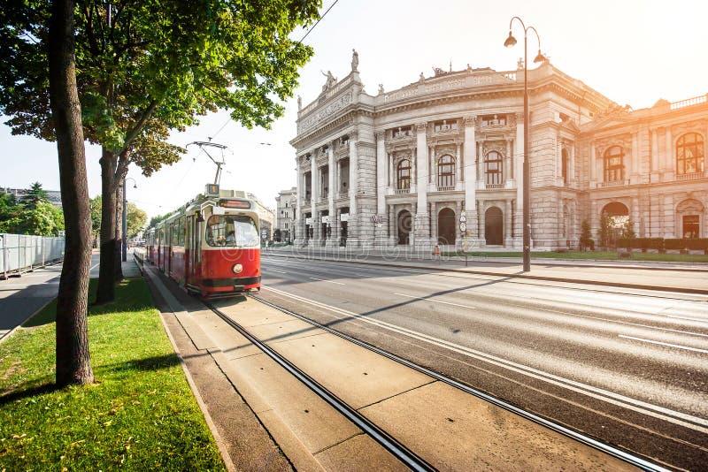Ringstrasse famoso con la tranvía en Viena, Austria imágenes de archivo libres de regalías