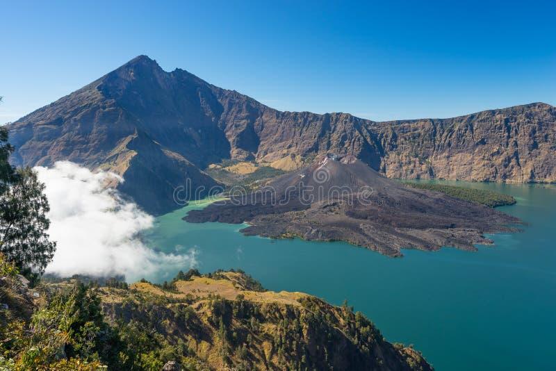 Rinjani火山在Senaru火山口,龙目岛, Ind的山风景 图库摄影