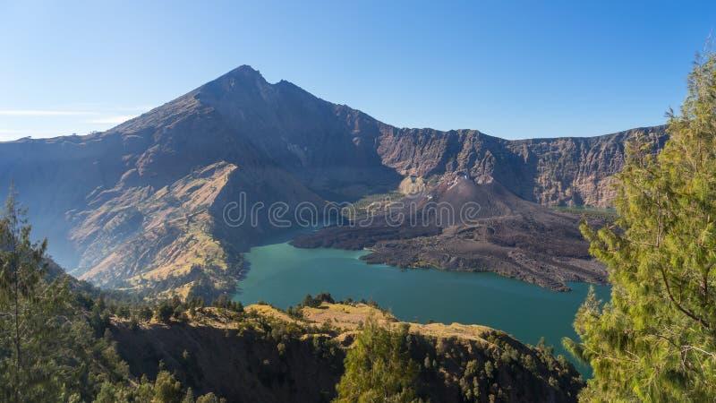 Rinjani火山山和Anak湖从Senaru cra环境美化 库存图片