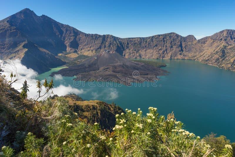 Rinjani火山从Senaru火山口的山风景 库存照片