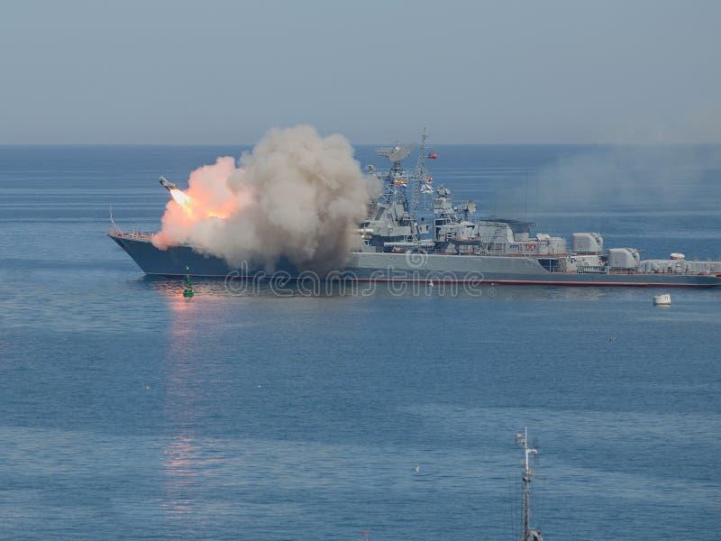 Rinnande anti--skepp missil från krigsskeppet arkivbilder