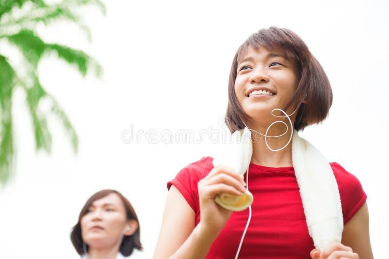 Rinnande asiatiska flickor royaltyfri foto