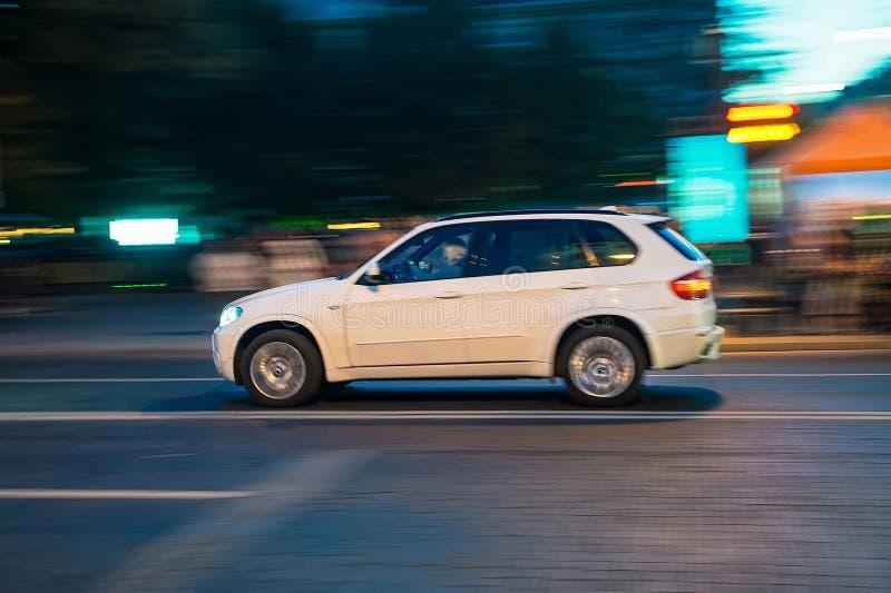 Rinnande bil i rörelse i Vilnius royaltyfri bild