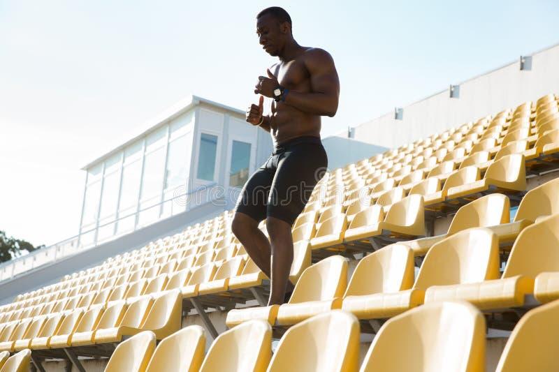 Rinnande bottenvåning för sportig ung afrikansk manlöpare royaltyfri fotografi