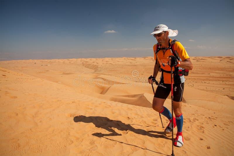 Rinnande extrem ökenmaraton för man i Oman arkivfoton