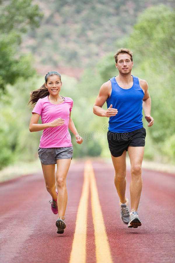 Rinnande folk - jogga för två le löpare fotografering för bildbyråer
