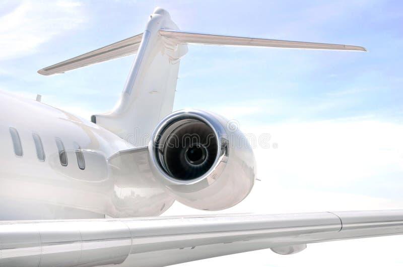 Rinnande jetmotor med vingen på ett privat flygplan arkivbilder