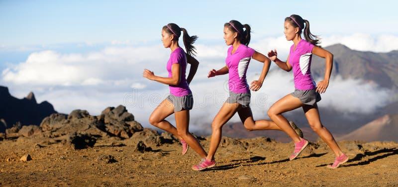 Rinnande kvinna - löpare i hastighetsrörelsekomposit arkivfoto