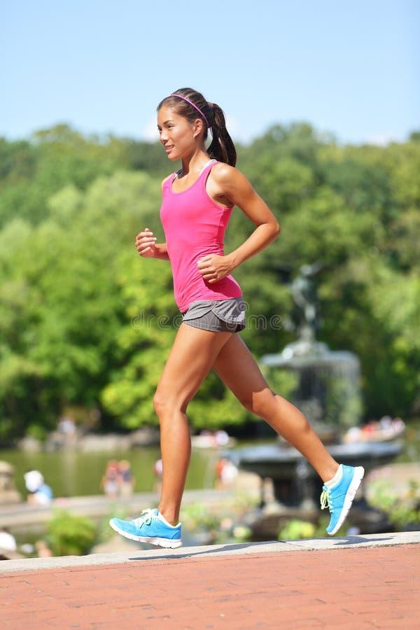 Rinnande kvinna som joggar den New York City Central Park fotografering för bildbyråer