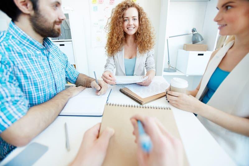 Rinnande möte för ung affärsdam arkivbild