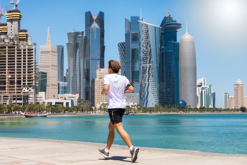 Rinnande man i Doha fotografering för bildbyråer