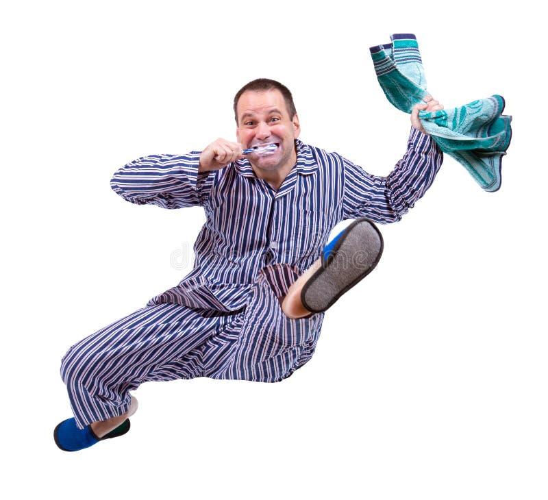Rinnande man i pyjamas arkivbild