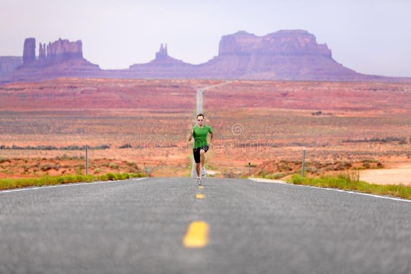 Rinnande man - löpare på vägen vid monumentdalen royaltyfria foton