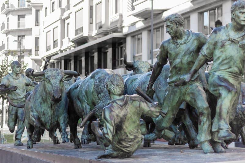 Rinnande monumentstaty för tjur i Pamplona, Spanien arkivfoto