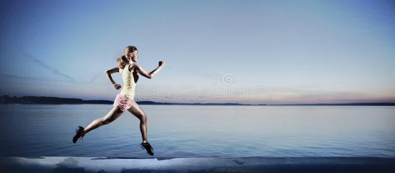 Rinnande ung flicka nära ett vatten arkivfoton