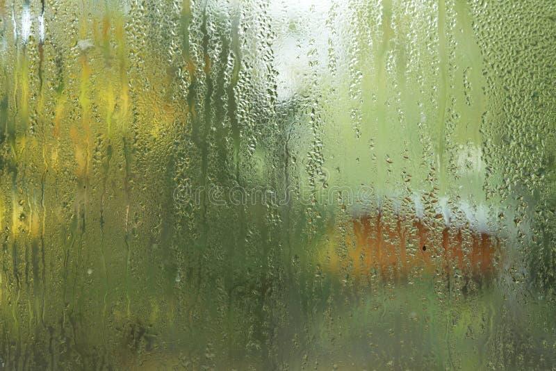 Rinnande vattendroppar på det glass fönstret arkivbilder