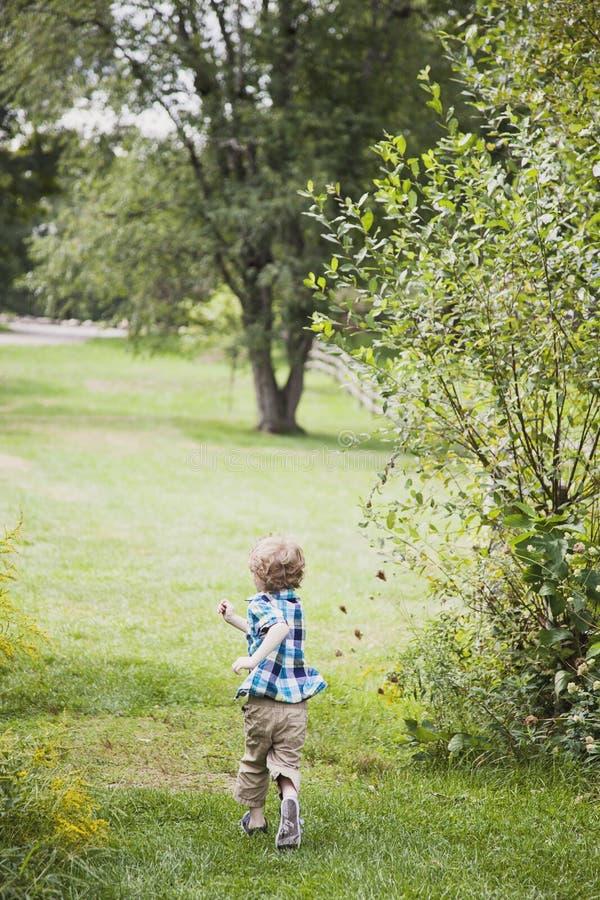 Rinnande yttersida för lycklig pojke royaltyfria foton