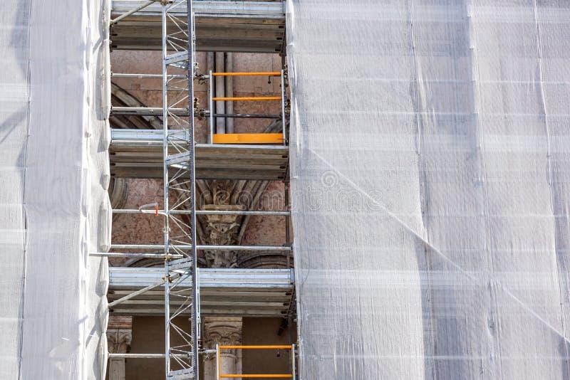 Rinnovamento di sotto esteriore della costruzione di appartamento con l'armatura ed il reticolato verde fotografia stock