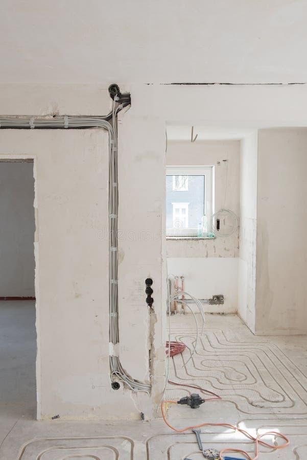 Rinnovamento di un appartamento con il nuovo riscaldamento a pavimento immagine stock libera da diritti