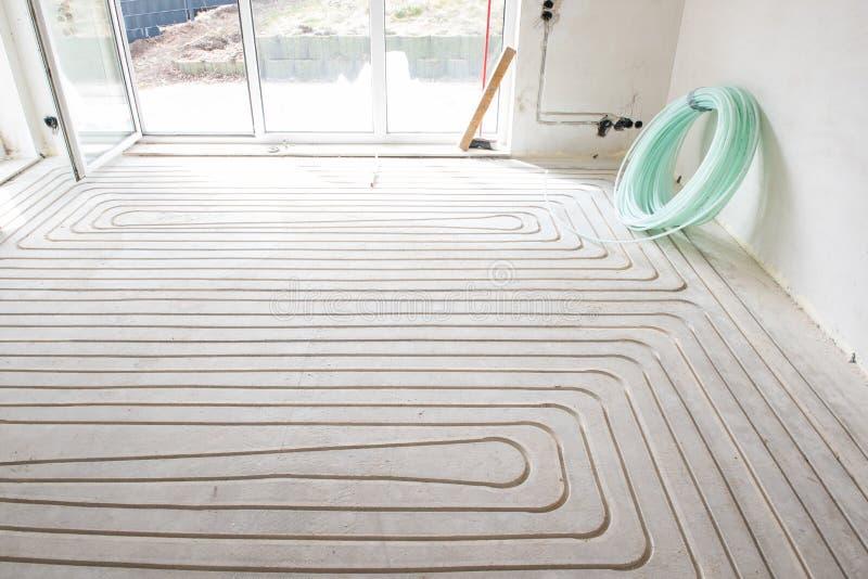 Rinnovamento di un appartamento con il nuovo riscaldamento a pavimento fotografia stock