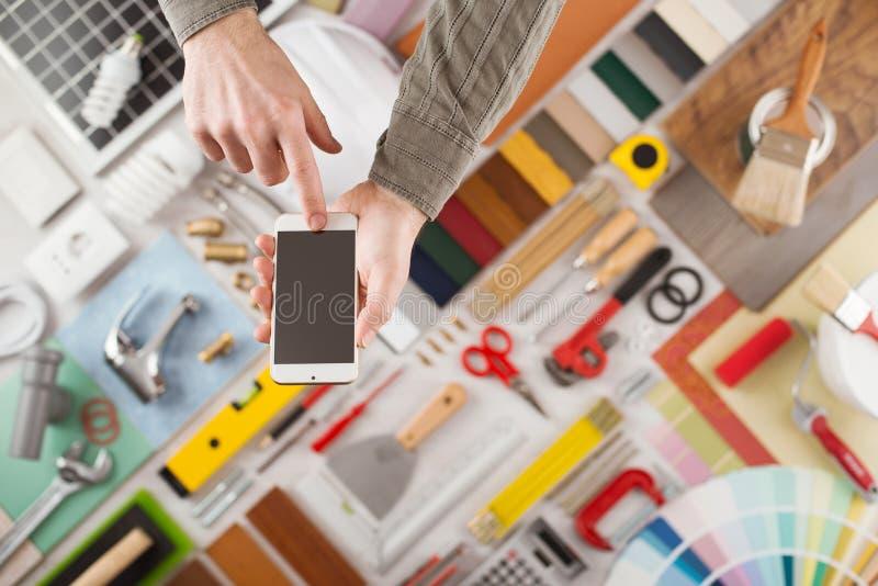 Rinnovamento domestico e DIY app sul dispositivo mobile fotografie stock libere da diritti