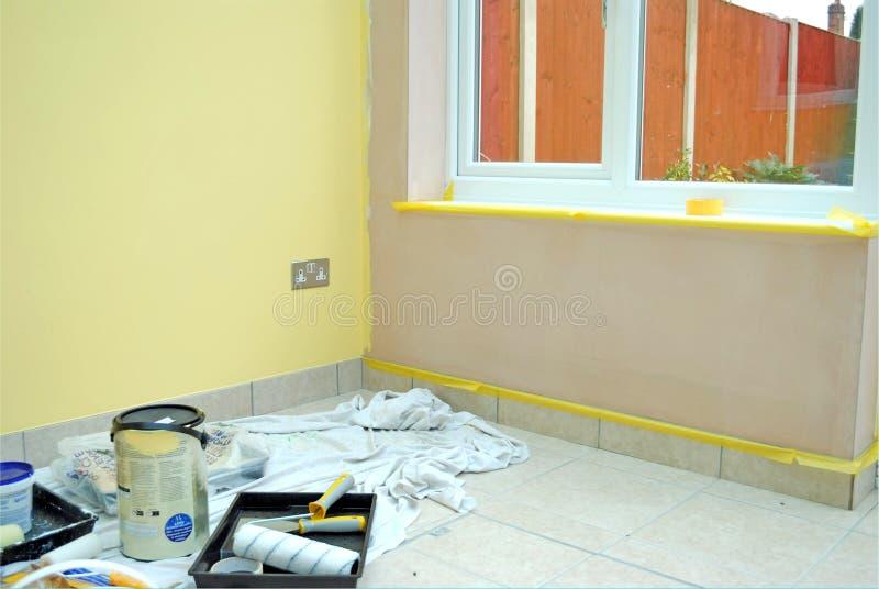 Rinnovamento domestico nella sala in pieno degli strumenti della pittura fotografie stock