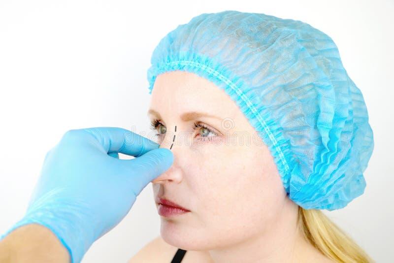 Rinoplastia: paciente en la admisión a un cirujano plástico Ella tiene que pasar a través de la nariz imagenes de archivo