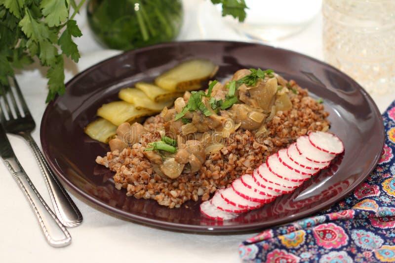 Rins da carne com trigo mourisco e verdes fotos de stock royalty free