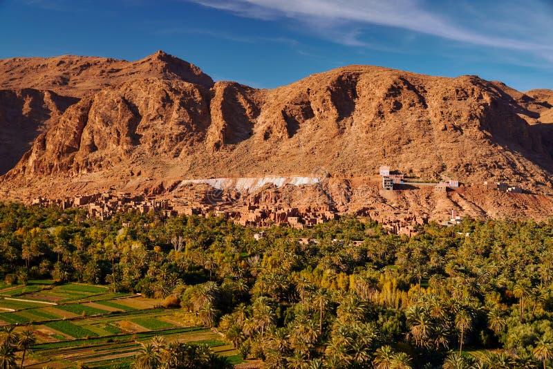 Rins van een oude woestijnstad onder grote rots in Gorges du Todra stock afbeelding