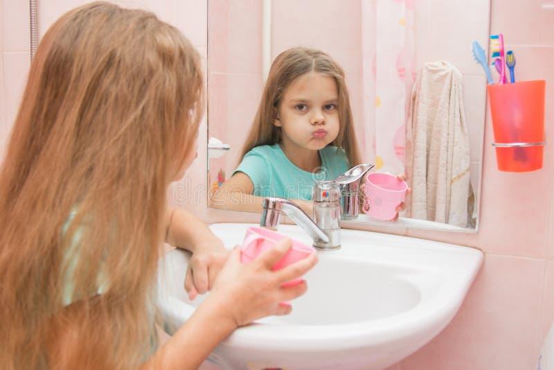 Rinse девушки ваш рот в ванной комнате и взгляд в рамке стоковые фотографии rf