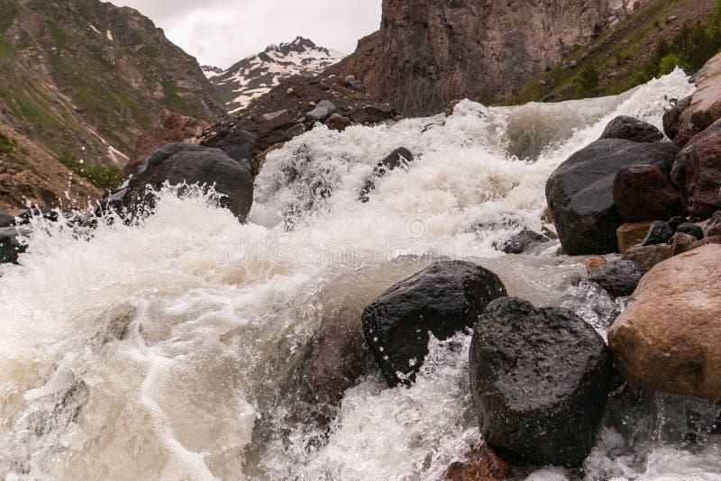 Rio áspero Baksan da montanha Regi?o de Elbrus fotos de stock