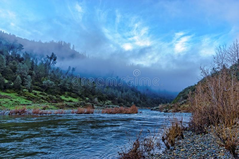 Rio americano North Fork em castanho-aloirado, Califórnia foto de stock
