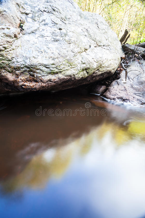 Rio ao lado de um grande pedregulho imagem de stock