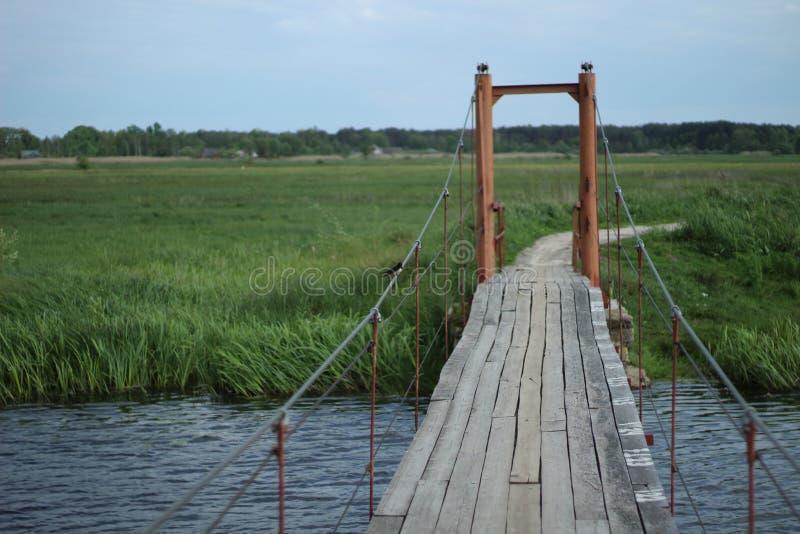 Rio azul de fluxo Ucrânia da ponte fotos de stock royalty free
