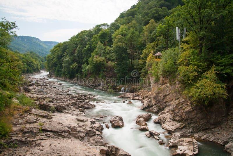 Rio Belaya da montanha e cachoeira, Rússia, Cáucaso ocidental foto de stock