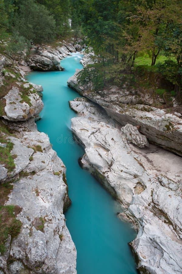 Rio bonito da montanha de turquesa fotografia de stock