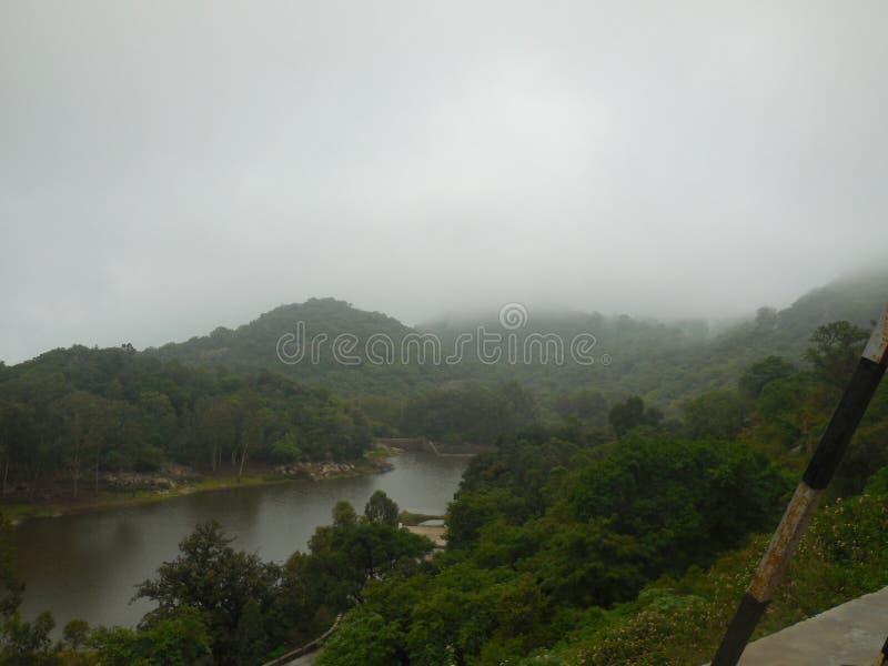 Rio bonito sobre nebuloso fotografia de stock