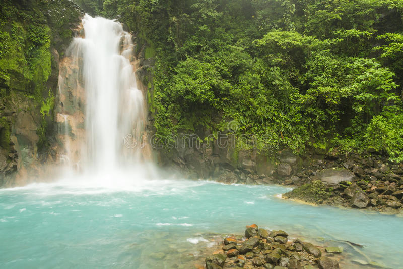 Rio Celeste Waterfall et piscine photos stock