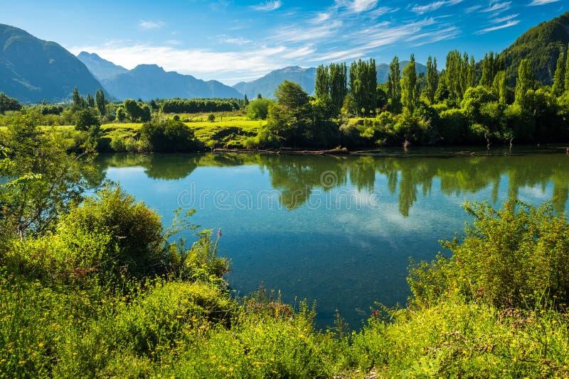 Rio com água clara e as costas verdes foto de stock