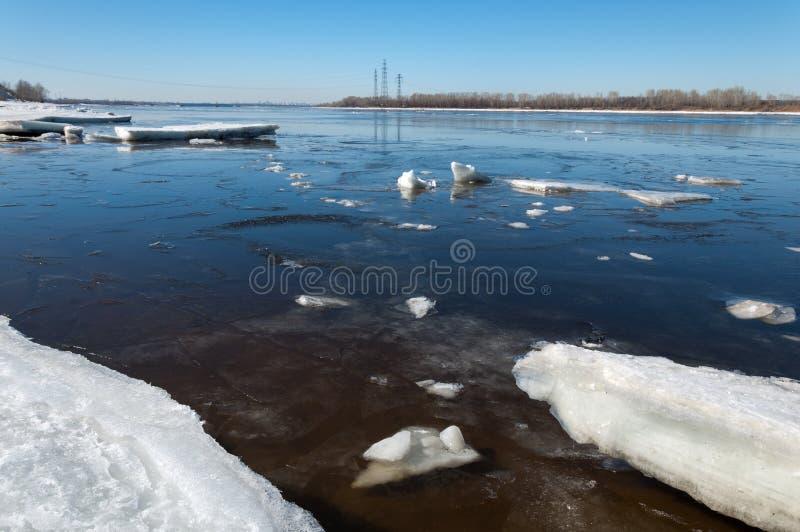 Rio com gelo quebrado Colunas da energia Montes do gelo no rio foto de stock royalty free