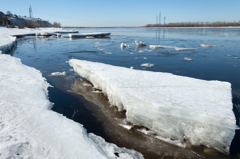 Rio com gelo quebrado Colunas da energia Montes do gelo no rio foto de stock