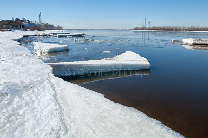 Rio com gelo quebrado montes do gelo no rio na mola fotografia de stock