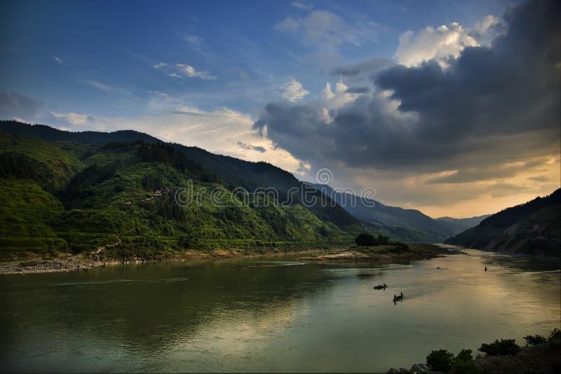 Rio com montanhas fotos de stock royalty free