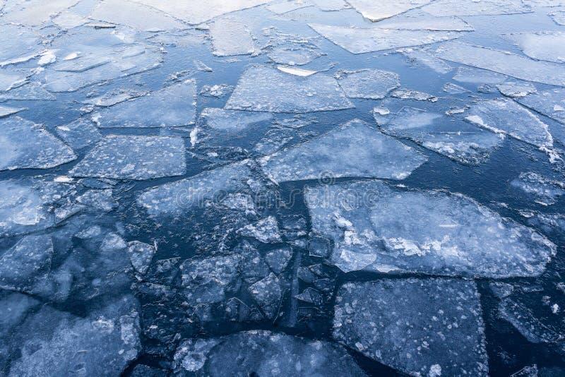 Rio congelado, água congelada, banquisas de gelo no close up da água fotos de stock royalty free