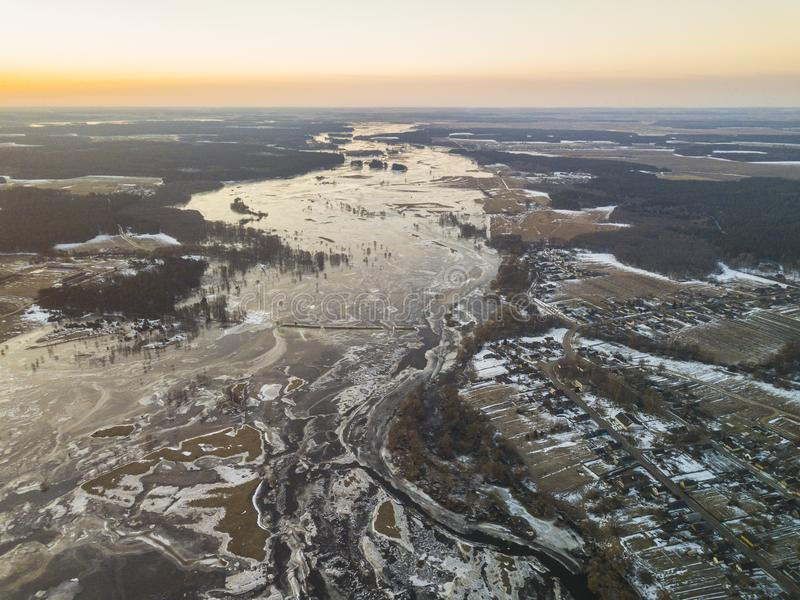 Rio congelado coberto com o gelo no fim do inverno imagem de stock royalty free